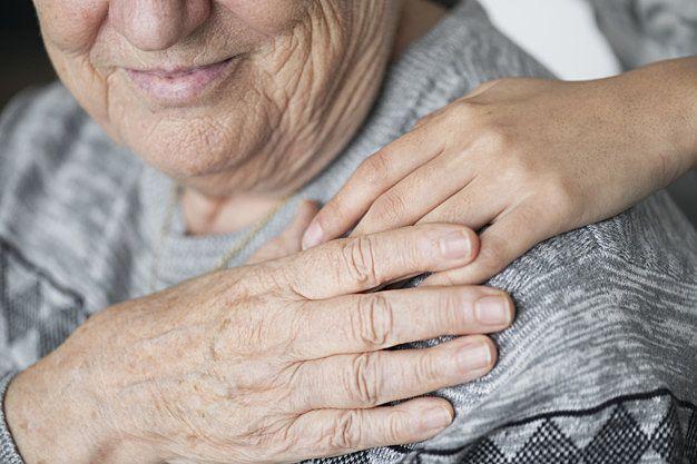 高齢の女性に手を差し伸べるボランティア