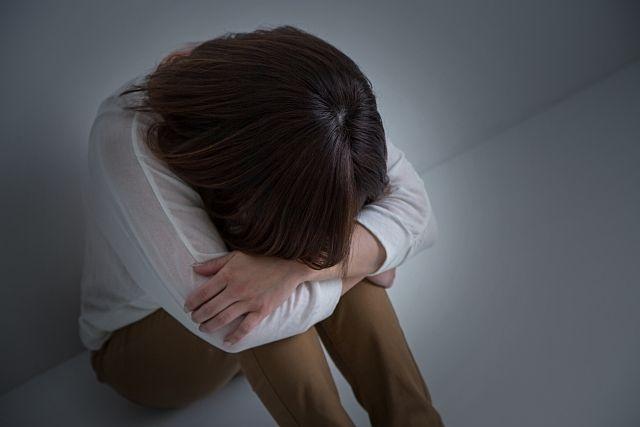 子育てが上手く運ばず悩み落ち込む若い母親