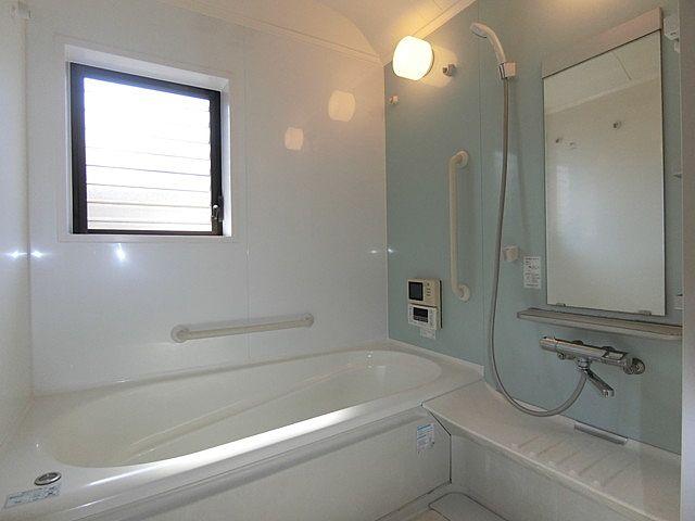大きなジャロジー式の窓がある浴室