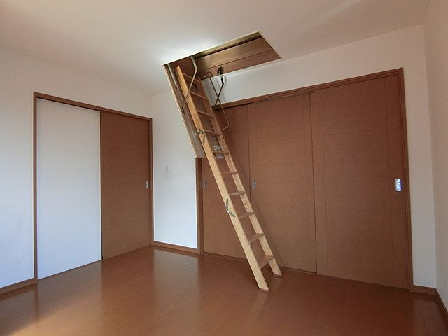 主寝室にある収納式はしご