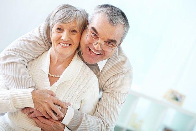 元気で仲の良い高齢者夫妻