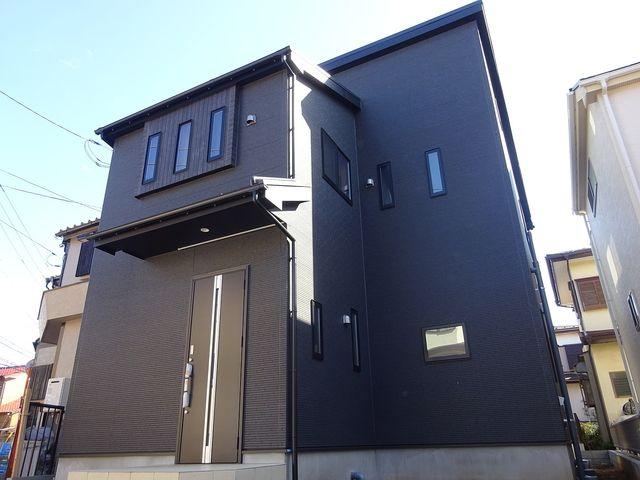 キリッとしたブラックの外観、セカンドリビングがある保谷町の家