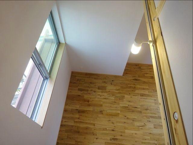 西東京市富士町1丁目の自然素材の家・グルニエからリビングダイニングを見下ろす
