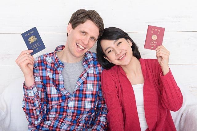 パスポートを掲げるカップル