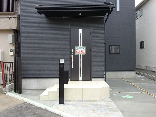 西東京市保谷町1丁目新築住宅の玄関正面