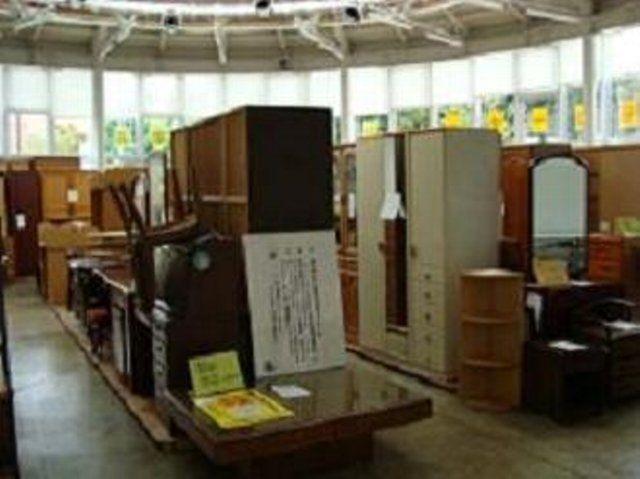 西東京市内のご家庭で、引越しなどで不用になった利用可能な家具を、シルバー人材センターの会員が引き取り、エコプラザ西東京の展示スペースにて、回収した家具を調整・修理して販売しています。