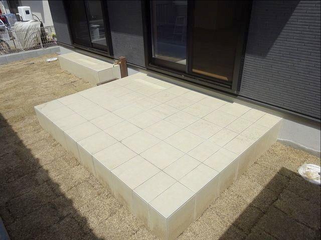 西東京市保谷町の新築住宅の庭先(大きなテラスと芝生)