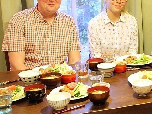 留学生ホームビジットで日本食を楽しむ留学生の様子
