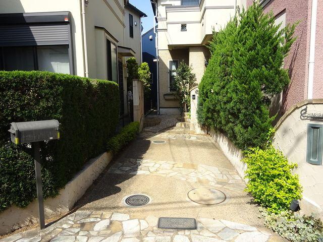 西東京市富士町1丁目の戸建住宅の駐車スペース&玄関アプローチ