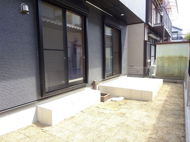 西東京市保谷町1丁目の新築住宅の庭先とテラス