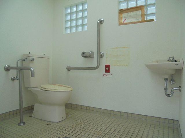 あらやしき公園のだれでもトイレの内部