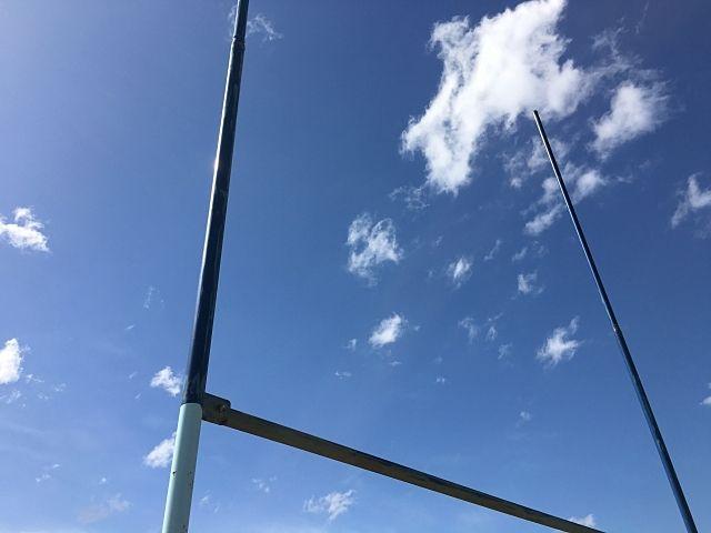 青空とラグビーゴール