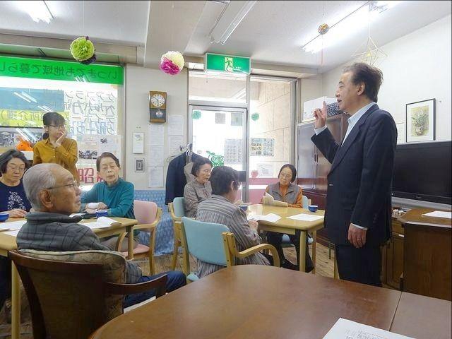 講義の前に授業内容を確認する大石校長