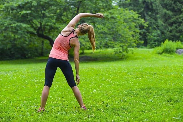 公園で骨力アップのために運動する女性