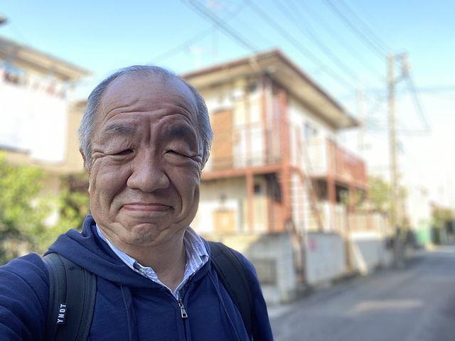 西東京市北原町1丁目の戸建住宅をバックに自撮りする鈴木義晴