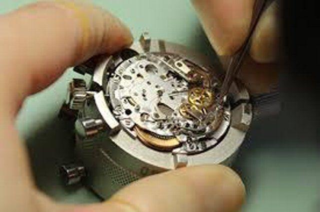 100円均一ショップの時計を工具を使って分解して仕組みを探ります