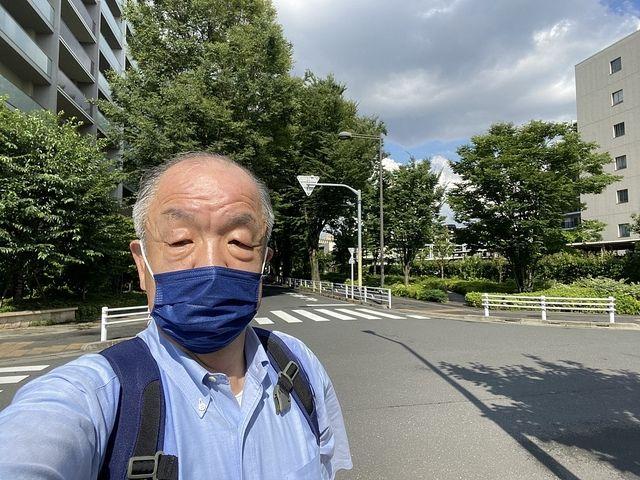 ひばりテラス前にて自撮りする鈴木義晴・スプラッシュ
