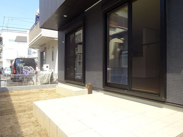 西東京市保谷町1丁目の新築住宅の庭先とテラス2