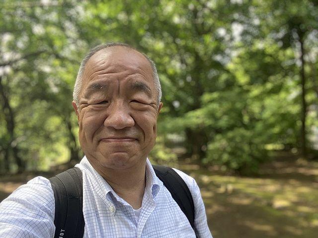 武蔵関公園内で自撮りする鈴木
