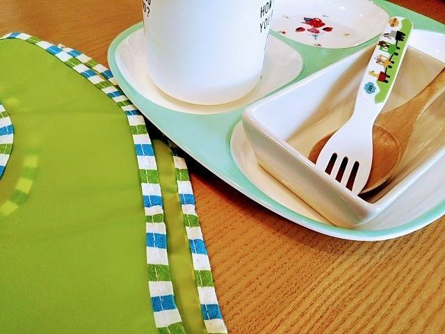 テーブルの上のマイカップとフォークとスプーン