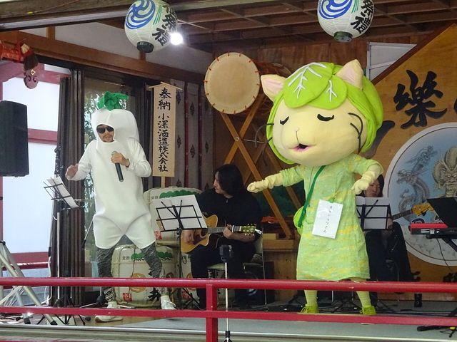 田無神社でだいっこんさんのラップに合わせ踊るキャベッツさん