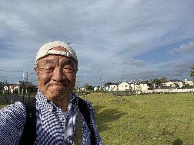 泉小わくわく公園の多目的広場で自撮りする鈴木義晴
