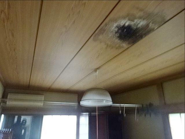 雨漏りしている和室の天井