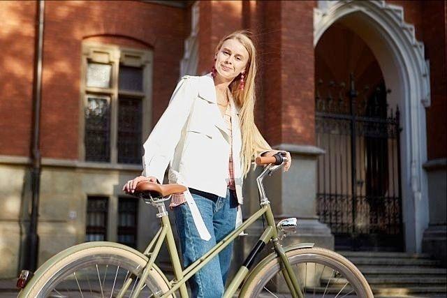 愛用の自転車とポーズをとる外国人女性