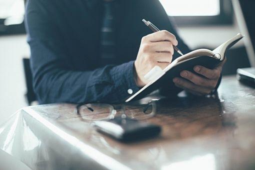 お客さんから住まいのリフォーム歴を確認する不動産営業マン