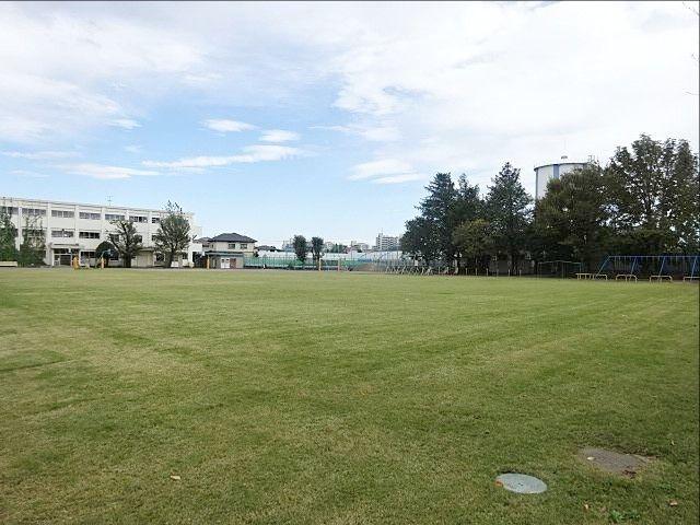 西東京市立保谷小学校の芝生の校庭(2019.10.5)