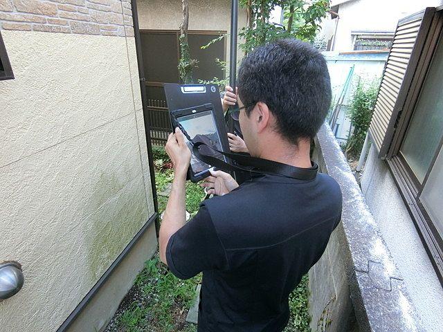 住宅診断で特殊カメラを使用して屋根の状況を確認している様子