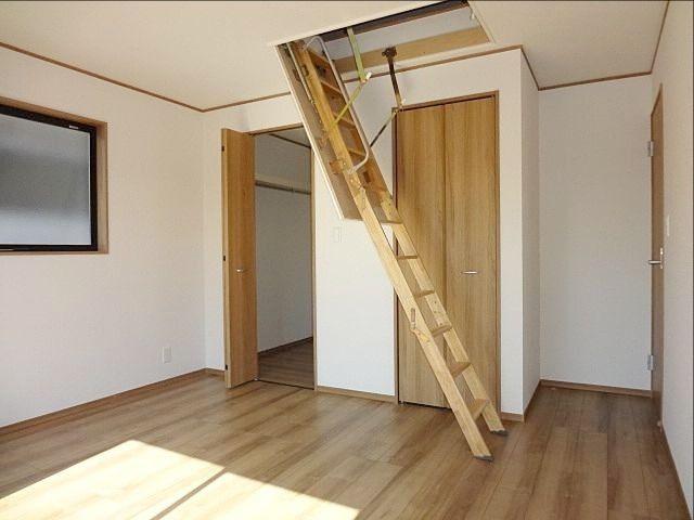 西東京市保谷町1丁目新築戸建の主寝室とグルニエ階段