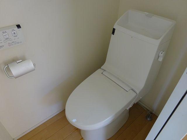 裏蓋や縁周りが汚れていたトイレ