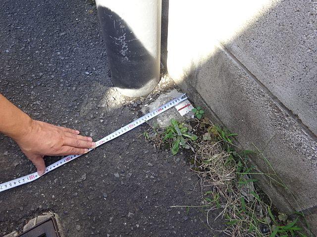 敷地が道路に接しているのかテープをあてて確認する様子