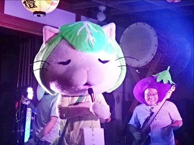 令和元年の田無神社例大祭の舞殿で唄うキャベッツさん