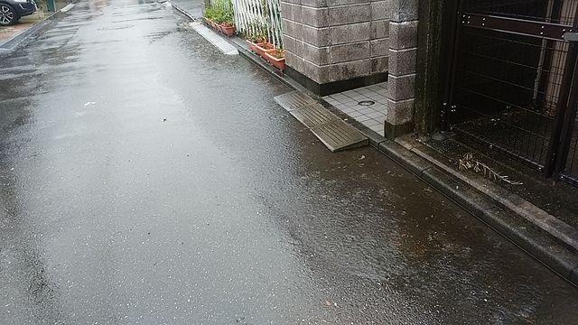 段差解消プレートによる道路の浸水2