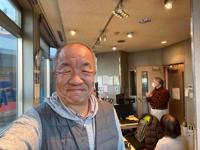 FM西東京のAスタジオで自撮りする鈴木義晴(2020.12.21)スプラッシュ