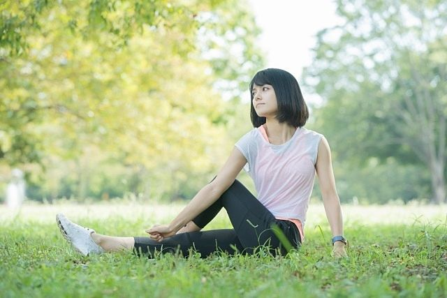 西東京健康チャレンジ(公園でヨガをする女子)2