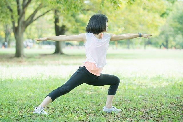 西東京健康チャレンジ(公園でヨガをする女子)