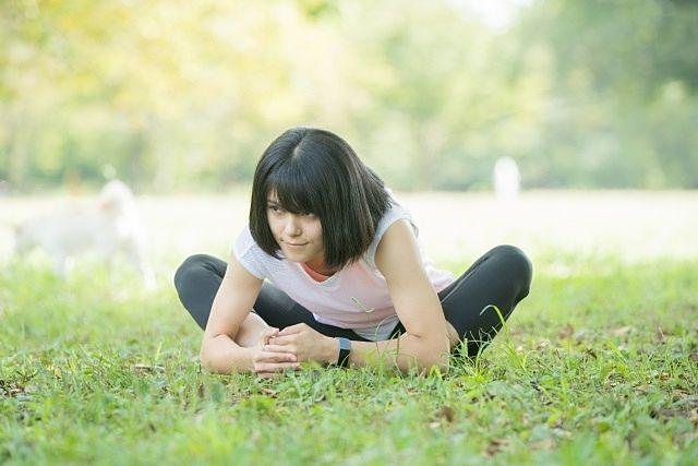 西東京健康チャレンジ(公園でヨガをする女子)3