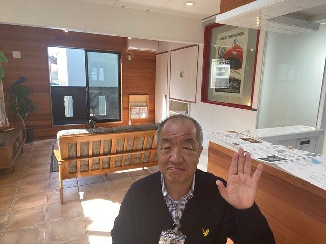 西東京市富士町の中古住宅の室内で自撮りするスプラッシュ代表の鈴木