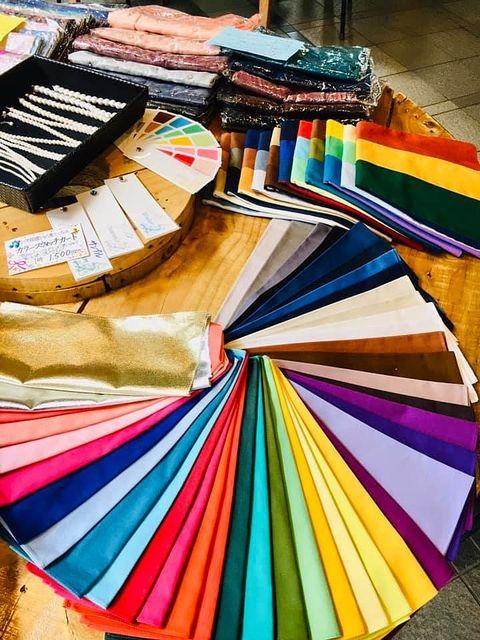パーソナルカラーの見本となる色さまざな見本の布とアクセサリー