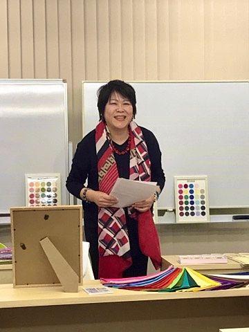 笑顔でパーソナルカラーについて語る高橋直子さん (2019、12、15)