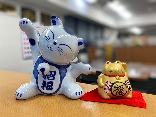 社内のカウンターに置かれる「招福」の招き猫2体(2019,12,28・スプラッシュ)