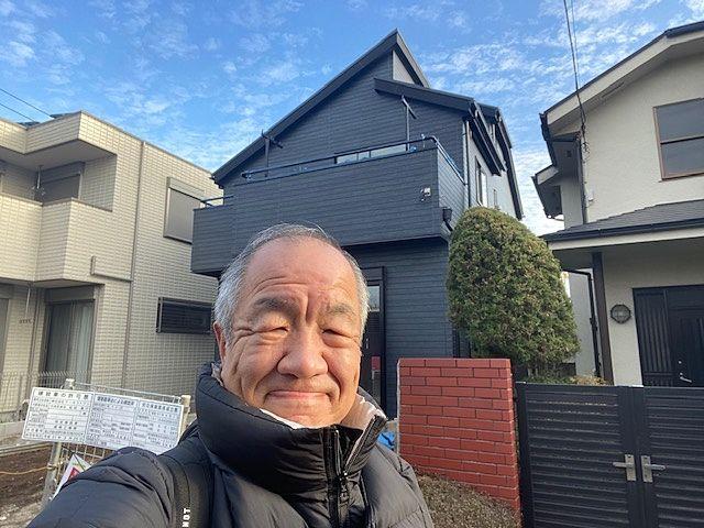 西東京市下保谷5丁目の新築住宅の前で自撮りする鈴木(2020・1・7)スプラッシュ