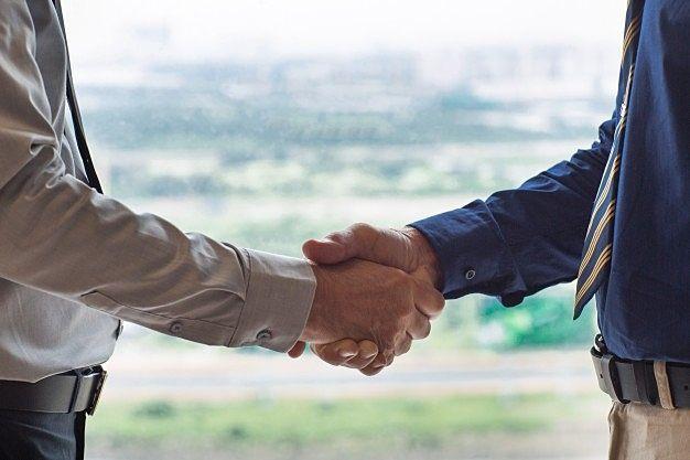 不動産に関するお困りごと、トラブルを解決しお客様と握手をするイメージ画像