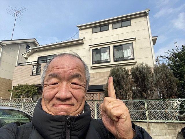 練馬区東大泉7丁目の戸建住宅をバックに写る代表鈴木 スプラッシュ