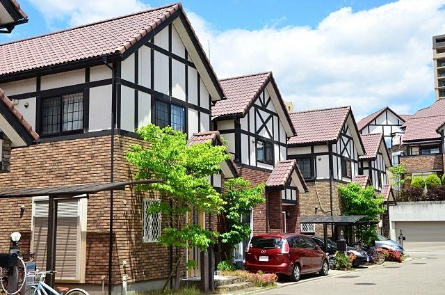 現在住宅ローンを返済中のマイホームを売却して、新たに別の住宅を購入するときに、注意しなければならないのは、いま住んでいるマイホームにどのくらいの残債があるのか?また不動産の担保価値がどのくらい…