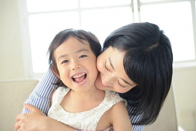 愛娘と触れ合うハンサムママのイメージ写真 スプラッシュ
