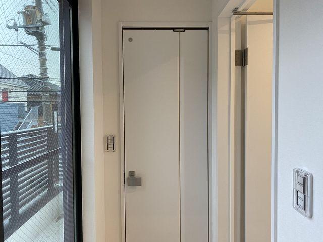 """トイレのドアが""""ガッチャン""""とぶつからない~暮らしに安全なドアについて解説します"""
